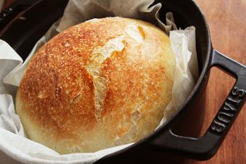 パン=こねるものという概念を覆すこねないパン。材料をヘラで混ぜ合わせるので子どもでも作れると話題になっています。こねない代わり1次発酵が16~20時間とかなり長め。ストウブに入れて2次発酵が2時間。手間はかかりませんが時間はかかるパンです。 焼きたい時間から逆算して作り始める必要があります。焼くタイミングが合わなければ、冷蔵庫に入れて発酵を止めておきましょう。