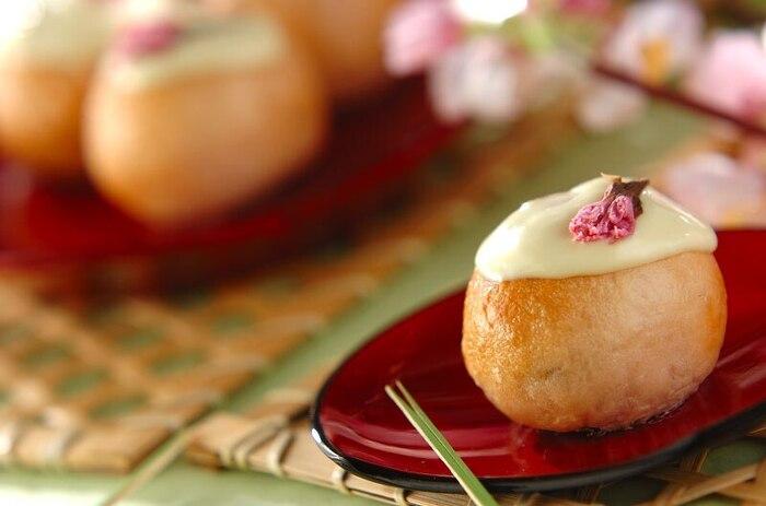 桜の花の塩漬けが練り込まれた、ほんのり桜色のベーグル。ホワイトチョコのトッピングに、見た目も味もホッとします。