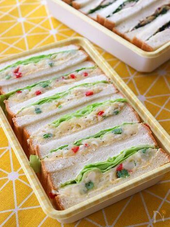 ポテトサラダを春レタスと一緒に食パンに挟んだサンドイッチ。カマンベールチーズのコクがいいアクセントになっています。