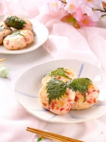 鶏ひき肉&はんぺんのふわふわ感に、カリカリ梅がアクセントに。まるで桜餅みたいな可愛い見た目で、お花見気分を味わえます。