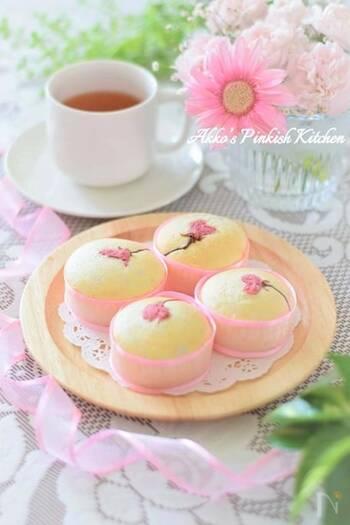 真っ白なカップケーキの上に桜の塩漬けを飾った春の気分満載のスイーツ。ホームパーティーに持っていくと喜ばれること間違いなし。