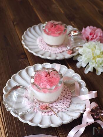 つるんと食べられるパンナコッタは、食後のおやつにぴったり。花びらが広がった桜の塩漬けで、春の気分を盛り上げて。