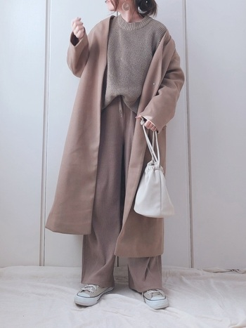 季節を問わず使えるのが、ベージュカラーのノーカラーコート。合わせるアイテム次第でいろんな表情を見せてくれるので、着こなしの幅がぐんと広がりますよ。GUの巾着バッグをプラスすれば、手軽にトレンド感を取り込めます♪