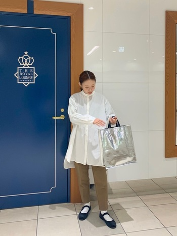 靴下【白】  白のロングシャツにパンツを重ねて春コーデに。白い靴下でストラップシューズの爽やかさを後押し。