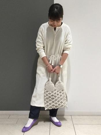 靴下【白】  白いワンピースにパンツをレイヤードして。アクセントにパープルのバレエシューズを合わせたら、ワンピースと同じ白の靴下で統一感を。