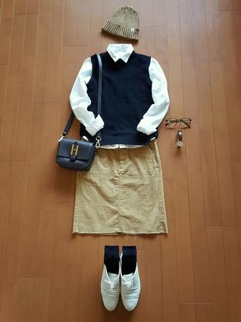 靴下【黒】  シャツ+ベストのきっちりコーデですが、ニット帽やフラットシューズでカジュアルダウン。靴下はベストと同じ黒で統一。