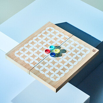 インテリアのオブジェのようなこちらは、家族や友人たちと楽しく遊べるリバースゲームなんです。歴史ある鍋島焼の技法によって作られた色鮮やかな磁器製の駒と桐製の盤、そして伝統模様である七宝模様の盤。計算された美しさは眺めているだけで豊かな気持ちにさせてくれそう。
