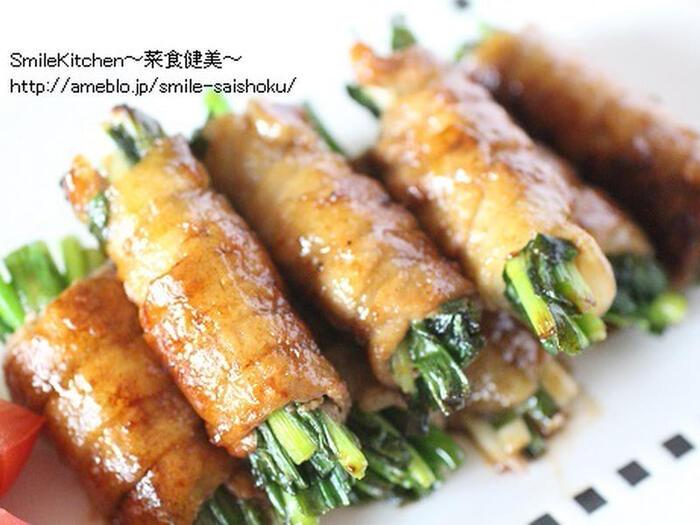 青ネギを豚肉で巻いて甘辛タレで絡めた、間違いない美味しさのレシピです。お弁当にもおすすめの一品ですよ。