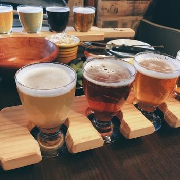 いろいろなビールを飲みたい方は「テイスティングセット」がおすすめです。「谷中シリーズ」では、「谷中ドライ」「谷中ゴールデン」など4種類がいただけます。北西ヨーロッパ産のピルスナーモルトや、チェコ産のザーツ、ドイツ産ペルレなどのホップを使用したクラフトビールで、それぞれ香りや苦み、コクなどの違いを楽しめます。