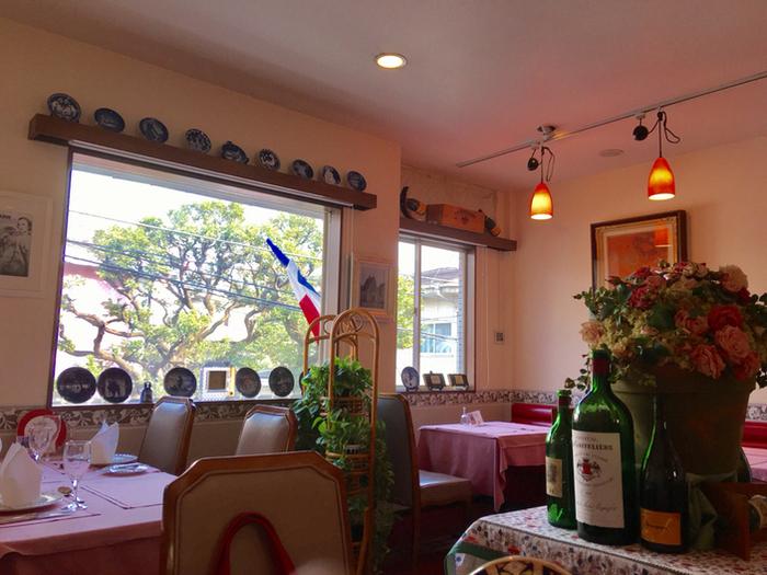 可愛らしい雰囲気のインテリア。窓の外の風景もマッチして、海外のレストランにいるような気分を楽しめます。