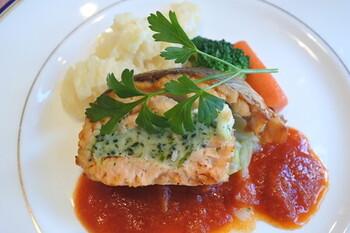 ランチは日替わりで、メインはお肉とお魚からセレクトできます。繊細な味わいのソースから、丁寧な仕事ぶりがうかがえます。盛り付けも美しく、目でも楽しめるお料理ですね。