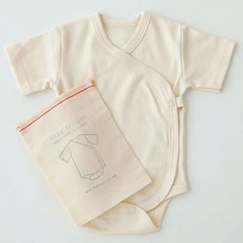 リトアニア製のリネンを使ったシンプルなデザインの洋服や、ファブリックなどに定評がある「fog linen work(フォグリネンワーク)」。オーガニックコットンを使ったベビーロンパースは、コットンバッグもついてプレゼントにもぴったり。1~3か月サイズなので、生まれてすぐに会える身内などにおすすめです。