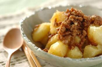 ほくほくの粉ふきいもにしょうゆや砂糖で炒めたそぼろがアクセントになった、粉ふきイモの肉そぼろ和え。ほっこり優しい気持ちになるお料理です。