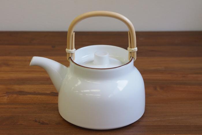 白山陶器の「ベーシック 土瓶 白マット」は、2010年にグッドデザイン・ロングライフデザイン賞を受賞したロングセラー商品です。やかんのようなフォルムで、シンプルな中にレトロな温もりが感じられます。