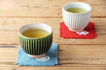 宋艸窯の湯呑は、丸みのある形とひとつひとつ手作業で施されるしのぎの表情が印象的。土物ならではの温かみを感じられます。