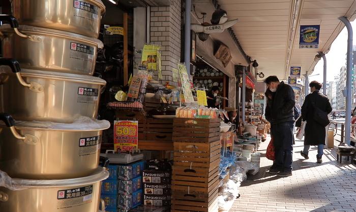 専門店で自分の目で見て購入したいという方は、駅銀座線の田原町駅から徒歩約5分のかっぱ橋道具街での購入はいかがでしょうか。約170軒の店舗が軒を連ね、高品質な日本製の包丁やプロ用の調理道具が揃っています。ほとんどの店が小売りも扱っているので、プロ愛用の使い勝手の良い台所用品など便利なアイテムを手ごろな価格で購入できるのも魅力的です。