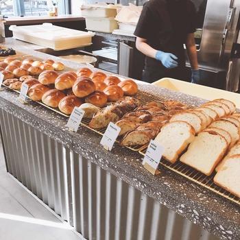 そして7:30~11:00のモーニングの時間帯にあるのがパンブッフェ。厚切りトースト、テーブルロール、フランスパン、イングリッシュマフィン、全粒粉パン・ド・ミなどが用意されています◎こんな朝ごはんを食べられたら、きっと素敵な1日の始まりになりますね*