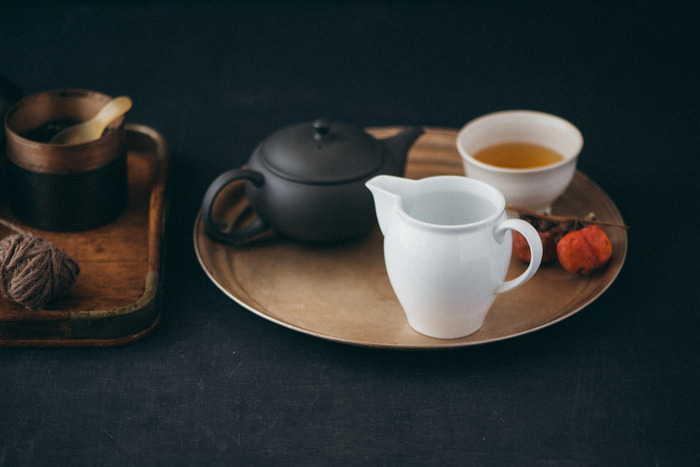 なめらかな白磁が美しい東屋の「茶海」。お茶は注ぐ順番によって薄くなったり、濃くなったり…味にばらつきが出てしまうことも。来客時など複数人で分けるときに役に立つアイテムです。