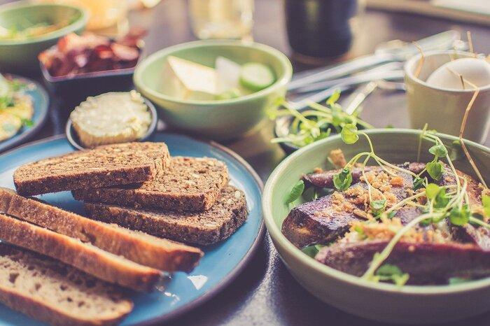 規則的なスケジュールを送れる生活スタイルの人は、しっかり食事をとりましょう。欠食や間食を避け、肌に良いとされる食べ物を積極的に摂取すれば、内側からニキビを予防することができます。  【ニキビ予防になる食べ物】 ■たんぱく質…肉/魚/乳製品/大豆など ■ビタミン…レモン/バナナ/トマトなど ■ミネラル…きのこ/海藻/アーモンドなど ■食物繊維…かぼちゃ/ブロッコリー/納豆など