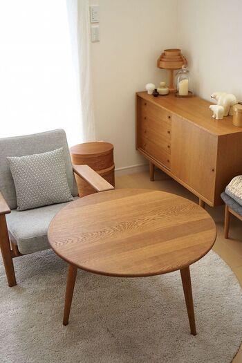 3本脚のコーヒーテーブル。1954年にハンス J.ウェグナー(HANS J.WEGNER)によりデザインされ、ファンがたくさんいるベストセラーの「AT8」コーヒーテーブル。高さ44、48、53cmから選べるので、自宅のソファやスツールと相談してコーディネートできます。デザイン性と実用性がよく考えられています。