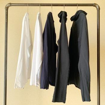 枚数で決める場合、洗濯回数を考慮して。1週間に何枚あると足りるか考えてみましょう。 生活のメモさんは春から夏に着るトップスは5枚と決めています。ストールや小物を変えて同じコーディネートにならないように工夫しているそう。