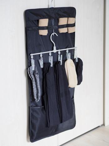 こちらは無印の吊るせる収納シリーズ。Little Homeさんは、ピンチ付きハンガーを吊るして、ストッキング や靴下を収納しています。ポケットの数、ピンチの数が決まっているので、適正量の基準にもなるので増えすぎないというメリットもあるそう。