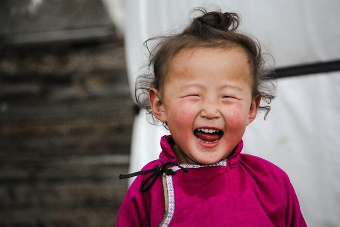 モンゴルの遊牧民一家の生活を淡々とドキュメンタリータッチで描いています。少女と子犬の交流は観ているだけでほっこり。モンゴルの自然や生活、文化などを映画を通して知ることができるのも◎ぼーっと観ながら癒しに包まれるような作品です。