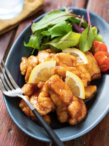 キッチンばさみも上手く使えば、鶏もも肉を一口大に切るのも難しくありません。レンジで作るさっぱりとしたレモンだれと、カラっと揚がったから揚げが好相性!10分と手早く作れる、お役立ちな主菜レシピです。
