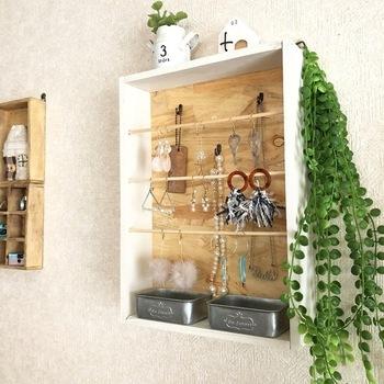 100均の木材を使ったピアススタンド。壁に掛けるタイプなのでスペースを有効活用できますね。竹ひごにはピアスを、その奥にミニフックを付ければネックレスも収納できますよ。ペイントしたり、インテリアミニケースを設置したり、オリジナリティをアップしてみてください。