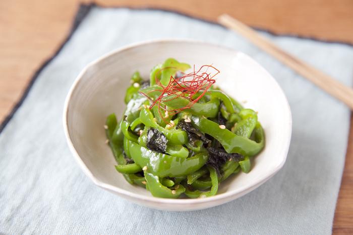 ピーマンと海苔で作る「やみつき海苔ピーマン」。ごま油の香りが良いピリ辛の韓国風の味付けは、箸がとまらなくなる美味しさです。仕上げに糸唐辛子をのせれば、味も見栄えもさらにアップし、おもてなしにも使えそう。