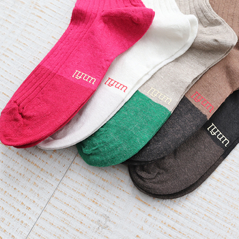 フレンチリネンの糸で作られた、これからの季節にぴったりな薄手の靴下。キュートなバイカラーデザインで、スニーカーと合わせればシンプルな靴下に、サンダルと合わせれば遊び心たっぷりな着こなしが楽しめますよ。
