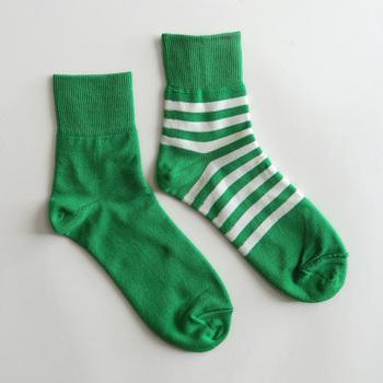 ボーダーデザインと、シンプルな無地デザインの靴下を、リバーシブルで楽しめるアイテム。薄手のストレッチ生地を2枚縫い合わせて作っているので、滑らかな履き心地に仕上がっています。コーディネートに合わせて、靴下の柄を変えられるなんてとても画期的ですよね♪