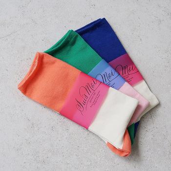 3色のポップなカラーを組み合わせた、トリコロール配色のソックスです。つま先の部分はラメ糸で編まれているので、大人の遊び心が楽しめます。普段は靴で隠れている部分なので、派手過ぎるかなと気にする必要もありません。反対にあえてラメ部分を見せたい場合は、サンダルとのコーディネートがおすすめ。