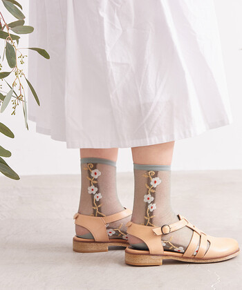 繊細なラメ糸を採用し、程よく涼しげな透け感を演出した靴下です。シックなカラーリングと花柄で、キュートになり過ぎないデザインに。サンダルにはもちろん、スニーカーのアクセントにしても◎。