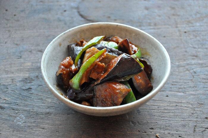 """簡単に作れておかずとして美味しい、味噌炒めの""""なべしぎ""""。ピーマン、ナス、豚バラ肉で作る味噌がたっぷりの味噌炒めは、甘辛い味付けがクセになり、ご飯のおかわりがとまらなくなりそう。"""