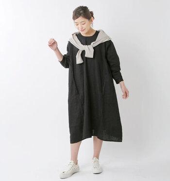 フレンチリネン素材を採用した、シンプルの黒のワンピースです。ノーカラーで首元をすっきり見せつつ、ゆったりと身頃に幅を持たせたシルエットで、ナチュラルなコーディネートにぴったりな一枚。袖をロールアップすれば、春から夏に掛けて長く着用できるのもポイントです。