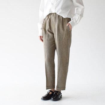 リネン素材100%の涼しげなイージーパンツは、細かなチェック柄で上品に着こなせる一枚です。センタープレスと裾に向かって絞られた細身のシルエットで、きちんと感たっぷりなコーディネートに。