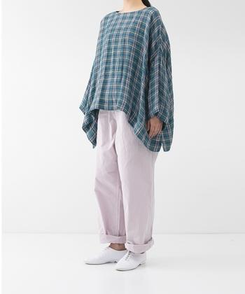 リネン100%素材の、マドラスチェック柄プルオーバー。身頃と袖をゆったりとしたシルエットに仕上げ、ゆるっと楽ちんに着こなせるアイテムです。とても軽いお洋服なので、春から夏に掛けて大活躍してくれること間違いなし♪