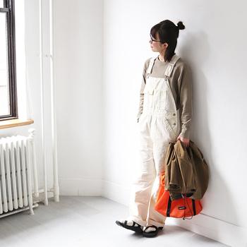 ブラウン系のスウェットトップスに、白のオーバーオールを合わせたカジュアルコーデ。足元は白靴下×サンダルで、程よい抜け感と大人っぽさをプラスしています。オレンジの蛍光バッグが目を引くワンアクセントに。