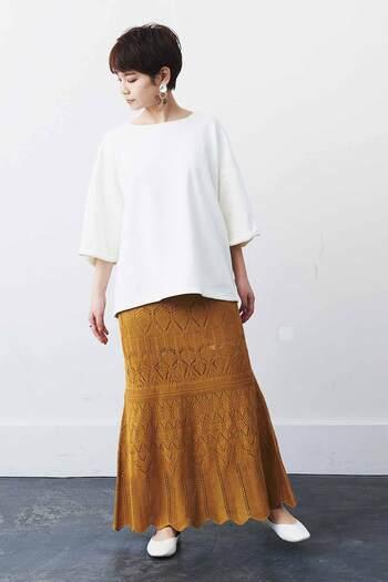 七分丈の白スウェットトップスに、レースのタイトスカートを合わせたコーディネート。シューズはトップスと合わせた白で、大人っぽい上品コーデに仕上げています。春は羽織りをプラスして、夏は袖をロールアップして、ロングシーズン活躍してくれるスタイリングです。