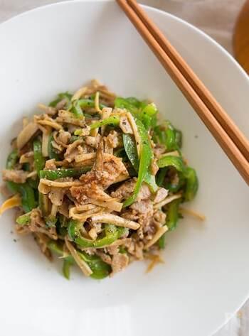 ピーマンを使った定番おかずで人気の青椒肉絲。ピーマンと豚肉の薄切りはあっても、タケノコがないという場合や、気分を変えたいときは、エリンギで代用してみませんか?エリンギで作る青椒肉絲は、食感がコリコリとして、タケノコの青椒肉絲に負けず劣らずの美味しさに、こちらも定番にしたくなりそう。