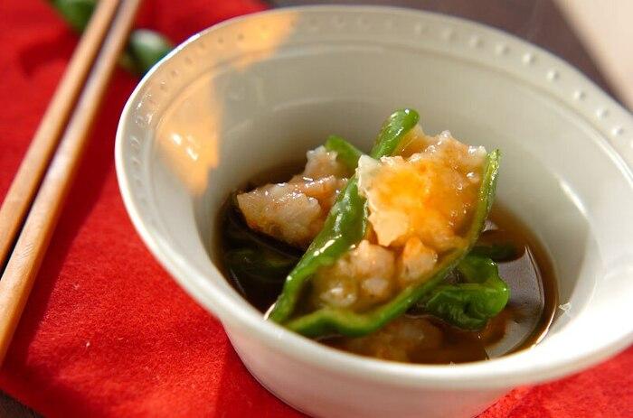 肉とピーマンで作るおかずも美味しいけれど、魚介とピーマンの組み合わせも美味しく仕上がります。こちらはピーマンとむきエビで作る「ピーマンのエビ詰め」。風味豊かで上品なあんかけは、寒い日のおかずに◎。