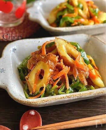 ピーマン、ニンジン、竹輪を炒めて、カレー粉、マヨネーズ、ガーリックパウダーで味付けした炒め物。カレーの風味とマヨネーズのまろやかさに、ニンニクの香りが食欲をそそる子供から大人まで喜びそうなレシピです。小さなお子様や、辛いのが苦手な方は、甘口カレー粉のパウダーを使うのも良いかも。
