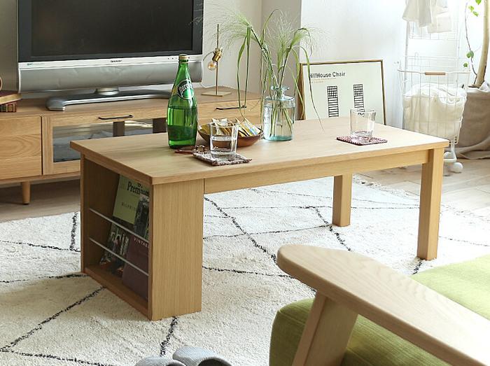 雑誌や本、iPadなど、ついかさ張りがちなアイテムをディスプレイするように収納できる、ブックシェルフ付きテーブル。シンプルなデザインなので、和室洋室問わず合わせやすいです。