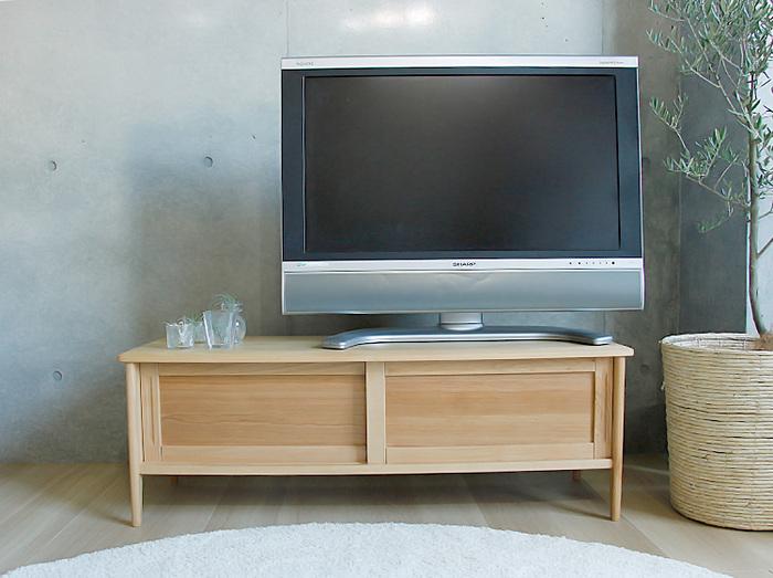 エッジ部分に丸みを持たせ作られた北欧風のテレビ台。オイル塗装も材質基準のF☆☆☆☆マーク(※)を取得しているオイルを塗装しているので、小さなお子さんがいるお家のリビングにもおすすめ。引き戸タイプの収納部は、片方を開けて置けばディスプレイスペースとして使用することも可能です。   ※F☆☆☆☆とは・・・JIS工場で生産されるJIS製品に表示することが義務づけられている、ホルムアルデヒド等級区分における最上位規格を示すマークです。