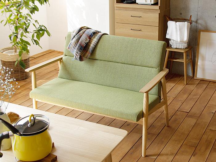 背もたれにも座面と同じクッションで仕上げられたソファーは、床から座面までの高さが少し低めの41cmに設計されていて、おうちでリラックスしやすい目線の高さとなっています。大人2人掛けなので、子どもなら3人は座れるサイズ感です。
