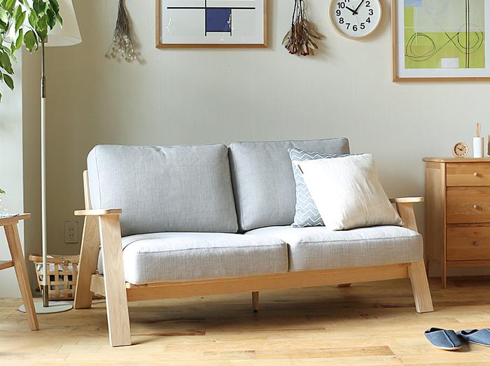 温かみのあるフレームにしっかり厚みのある座面が北欧を感じさせるソファーです。座面と背もたれのクッションは、カバーリング仕様に仕上げてあるので汚れた時でもクリーニングできます。なのでお子さんがいるご家庭や、うっかりコーヒーをこぼしちゃった!そんなときも安心ですね。