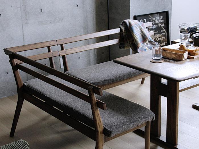 つい座りたくなるおうち仕様のベンチソファー。一家揃って食事をするときや、手芸などで作業をする際は沈まないベンチタイプのソファーがうってつけです。ファブリック生地には撥水加工も施されているので、ダイニングで気兼ねなく使えます。