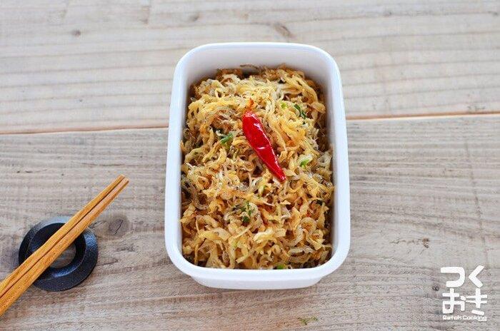 思い切り味変したい人におすすめしたいのが、こちらの中華風ピリ辛炒め。お手頃なストック食材ばかりで作れて、5日ほど保存できます。ごま油の風味と唐辛子のピリ辛がクセになる、ついついつまみたくなるおかずですよ。