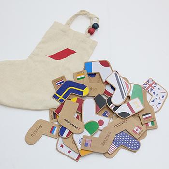 また、靴下の形をした可愛い収納バッグ付きなので、インテリアとして飾っても◎。小さなお子様がさまざまな国や言葉に興味を持つきっかけにもなりそうですね。家族みんなで遊べるゲームです。